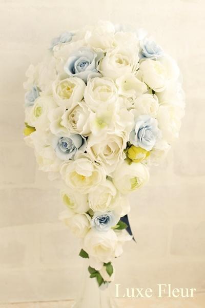 ブルーの薔薇がポイント キャスケードブーケ